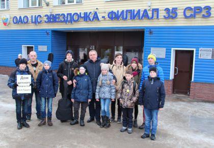 Учащиеся ДДТ с директором филиала 35 СРЗ ОАО ЦС Звездочка Вераксо Сергеем Николаевичем